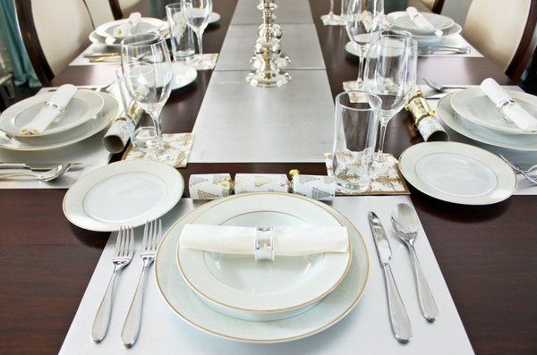 best-Christmas-table-decorations-elegant-table-setting-white-silver-placemat-e1468574412778